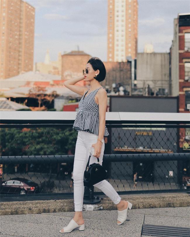 Sơmi cách điệu + quần jeans: quý cô châu Á đang khởi động mùa hè bằng combo điệu đà mà năng động này - Ảnh 5.