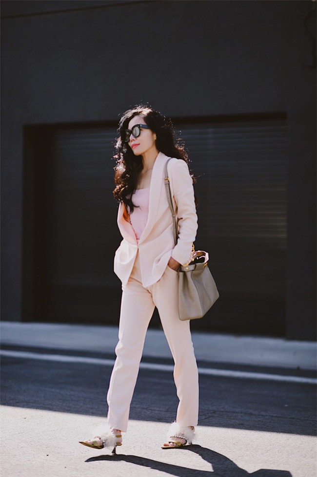 Sơmi cách điệu + quần jeans: quý cô châu Á đang khởi động mùa hè bằng combo điệu đà mà năng động này - Ảnh 8.