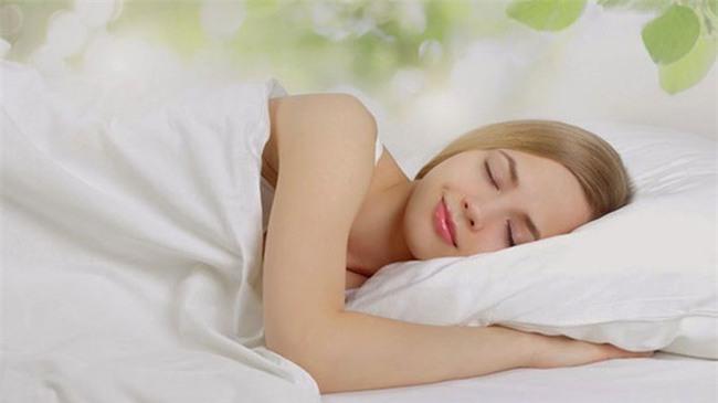 Tiết lộ nguyên nhân bất ngờ khiến 2 vợ chồng cứ ôm nhau ngủ im thin thít mỗi khi trời mưa - Ảnh 1.