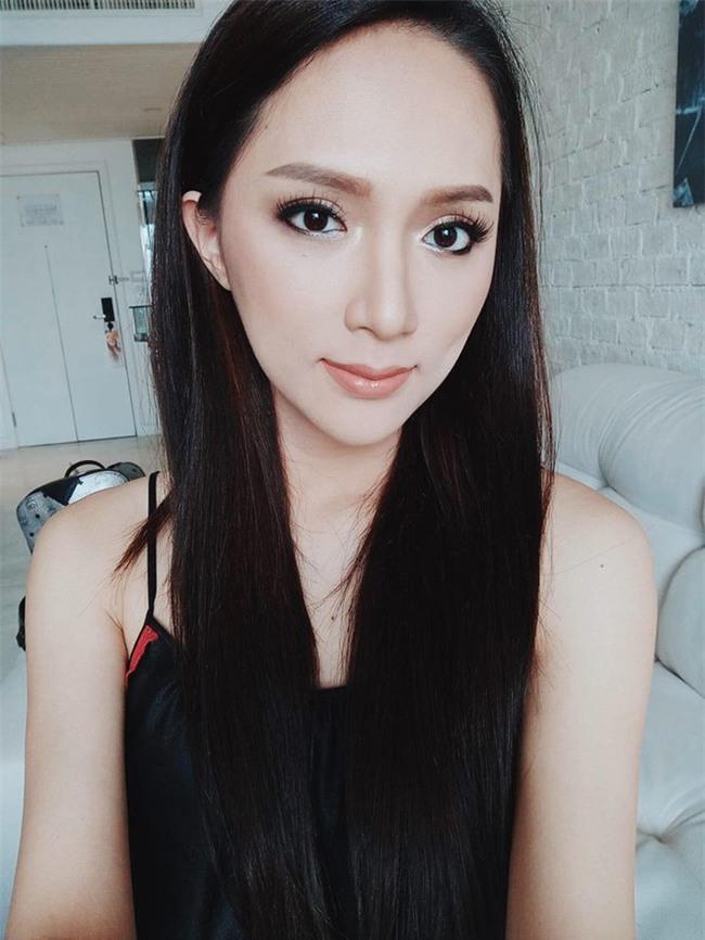 Dưới bàn tay trang điểm của chuyên gia người Thái, nhan sắc của Hoa hậu Hương Giang trông khác lạ bất ngờ  - Ảnh 3.