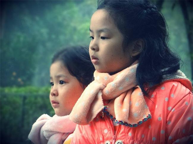Clip 2 con gái vừa khám vết thương cho bố vừa khóc nhè bất ngờ được share dữ dội trên MXH - Ảnh 3.