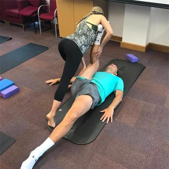 Cô giáo yoga xinh đẹp giúp sức Terry và đồng đội - Ảnh 2.
