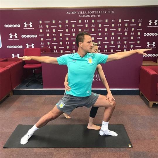 Cô giáo yoga xinh đẹp giúp sức Terry và đồng đội - Ảnh 5.