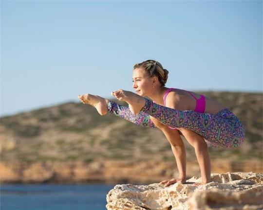 Cô giáo yoga xinh đẹp giúp sức Terry và đồng đội - Ảnh 10.
