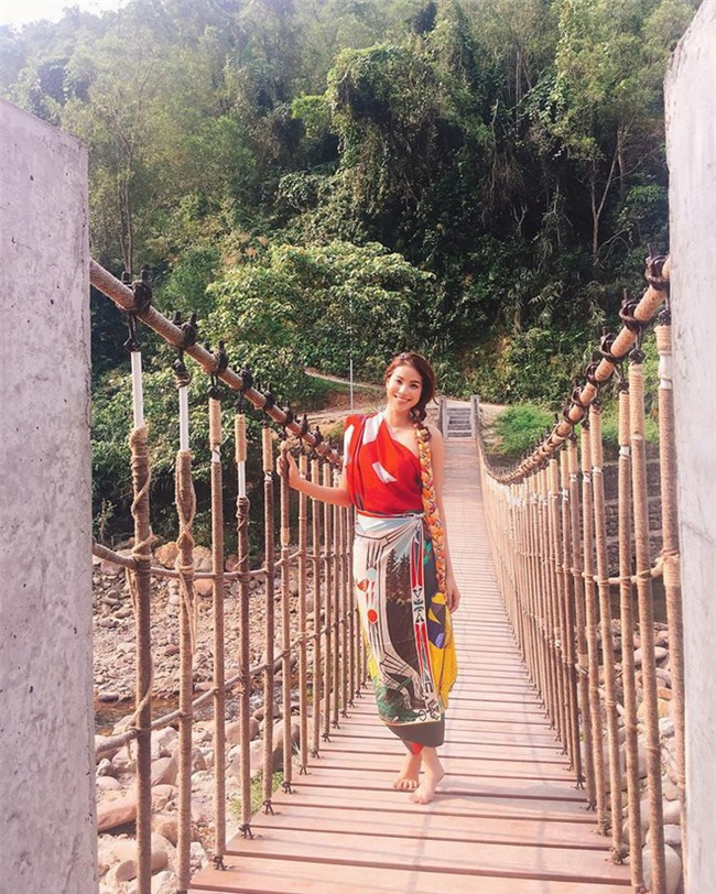 Chẳng còn hứng thú khoe street style sành điệu, Hà Hồ - Phạm Hương lại muốn xem ai lạ hơn ai - Ảnh 2.