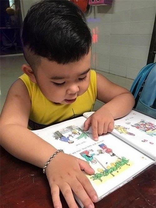 Kutin đang chăm chỉ đánh vần. Trông cậu bé rất tập trung cho việc học. - Tin sao Viet - Tin tuc sao Viet - Scandal sao Viet - Tin tuc cua Sao - Tin cua Sao