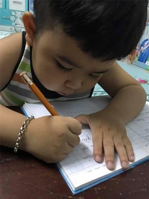 Ngoài ra, Kutin cũng được mẹ rèn cho việc viết chính tả. - Tin sao Viet - Tin tuc sao Viet - Scandal sao Viet - Tin tuc cua Sao - Tin cua Sao