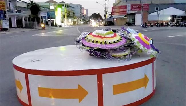 Giật mình với cả trăm vòng hoa viếng đổ đầy đường