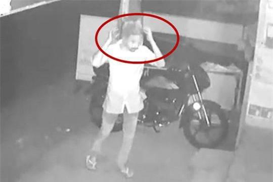 Tên trộm ngờ nghệch tự tin giấu mặt bằng túi nilon trong suốt rồi thản nhiên trộm cắp trước camera - Ảnh 1.