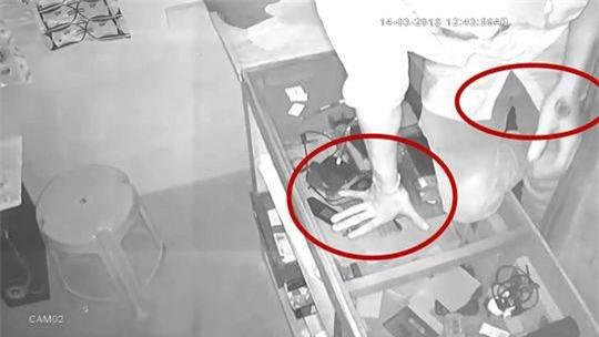 Tên trộm ngờ nghệch tự tin giấu mặt bằng túi nilon trong suốt rồi thản nhiên trộm cắp trước camera - Ảnh 2.