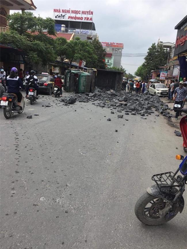 Đánh lái để tránh tông phải 2 cô gái bị ngã, xe tải chở đá đâm liên tiếp vào 2 ô tô rồi lật nghiêng xuống đường - Ảnh 4.