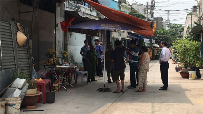Hàng trăm người dân xem công an kiểm tra hiện trường vụ thảm sát 5 người ở Bình Tân - Ảnh 1.
