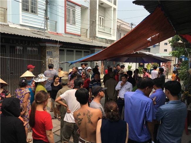 Hàng trăm người dân xem công an kiểm tra hiện trường vụ thảm sát 5 người ở Bình Tân - Ảnh 2.