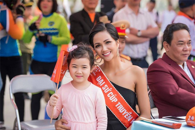 Hoa hậu HHen Niê nổi bật với nhan sắc và thần thái, điều duy nhất gây khó hiểu lại chính là chiếc váy - Ảnh 1.