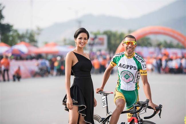 Hoa hậu HHen Niê nổi bật với nhan sắc và thần thái, điều duy nhất gây khó hiểu lại chính là chiếc váy - Ảnh 4.