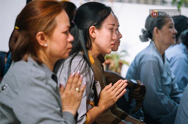 Hơn 1 tuần sau vụ cháy chung cư Carina: Nghẹn ngào nước mắt trong lễ cầu siêu - Ảnh 7.
