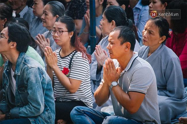 Hơn 1 tuần sau vụ cháy chung cư Carina: Nghẹn ngào nước mắt trong lễ cầu siêu - Ảnh 4.