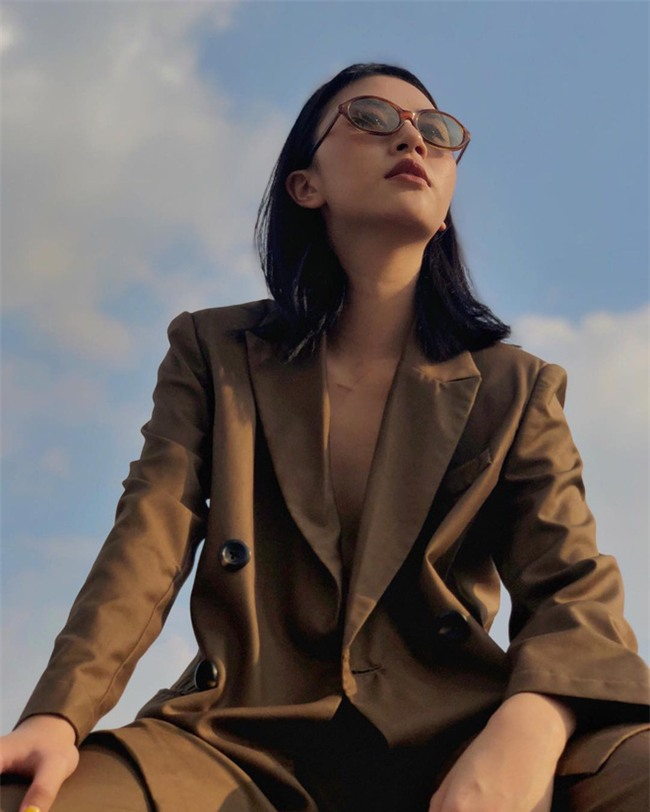 """Từ bỏ mái tóc đen làm nên thương hiệu, Quỳnh Anh Shyn vẫn chất khỏi bàn với tóc nâu khói """"tây tây"""" - Ảnh 1."""