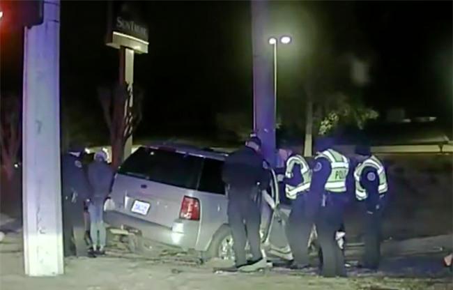 Mẹ lái xe chở 2 con đâm thẳng vào cột bê tông bên đường, khi con gái 7 tuổi tiết lộ lý do cảnh sát lập tức tống giam người mẹ - Ảnh 1.