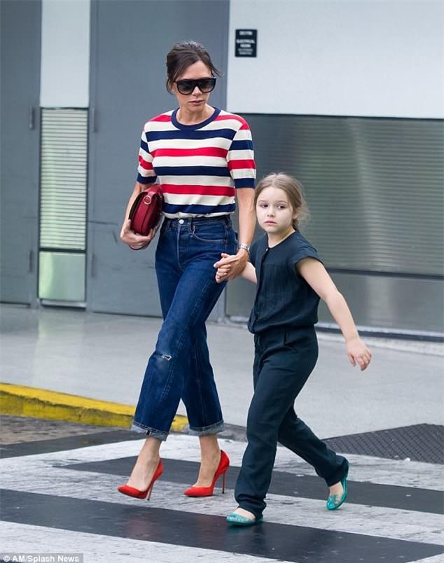 Phờ phạc vì chuyến bay dài, Harper Beckham được mẹ tiếp sức bằng nụ hôn trìu mến - Ảnh 1.