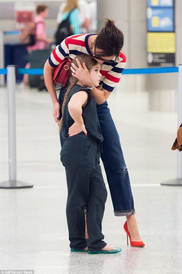 Phờ phạc vì chuyến bay dài, Harper Beckham được mẹ tiếp sức bằng nụ hôn trìu mến - Ảnh 2.