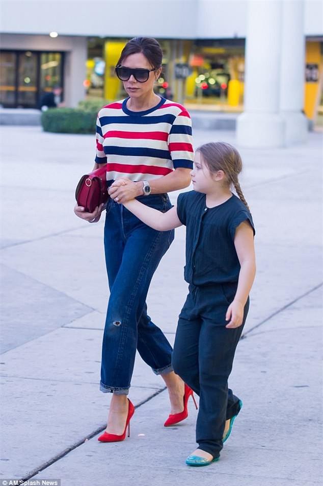 Phờ phạc vì chuyến bay dài, Harper Beckham được mẹ tiếp sức bằng nụ hôn trìu mến - Ảnh 3.