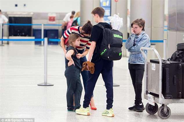 Phờ phạc vì chuyến bay dài, Harper Beckham được mẹ tiếp sức bằng nụ hôn trìu mến - Ảnh 4.
