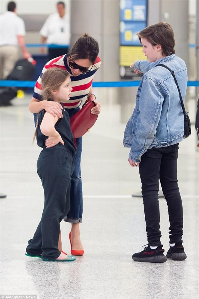 Phờ phạc vì chuyến bay dài, Harper Beckham được mẹ tiếp sức bằng nụ hôn trìu mến - Ảnh 5.