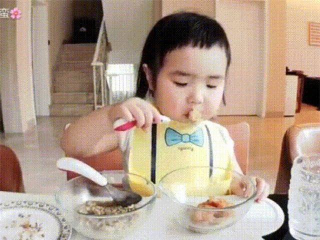 Bé gái thánh ăn Trung Quốc bất ngờ tái xuất, trình ăn uống vẫn chưa hạ nhiệt