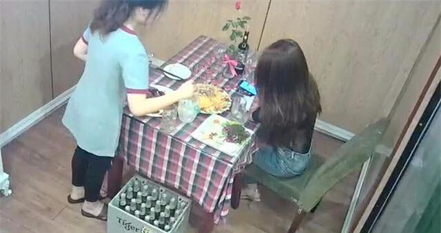 Câu chuyện cô gái trẻ bị bỏ bom ở nhà hàng đến 2 giờ sáng và hành động đẹp của chủ quán - Ảnh 1.