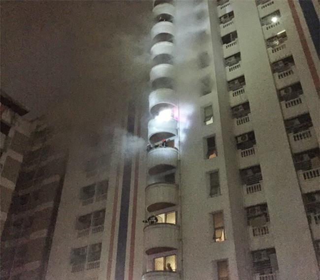 Thái Lan: Chung cư 15 tầng bốc khói ngùn ngụt, 3 người dân thiệt mạng - Ảnh 1.