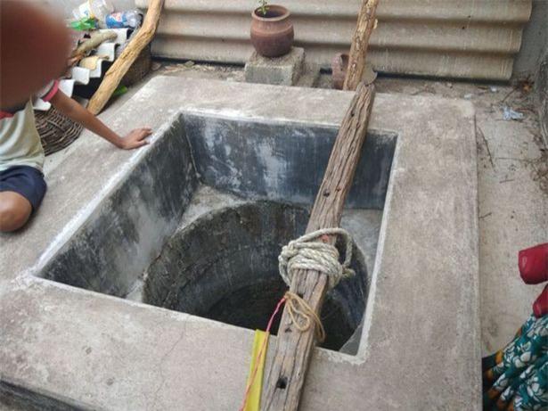 Bị khỉ bắt cóc khi đang ngủ cạnh mẹ, bé 16 ngày tuổi chết thương tâm trong giếng sâu - Ảnh 1.