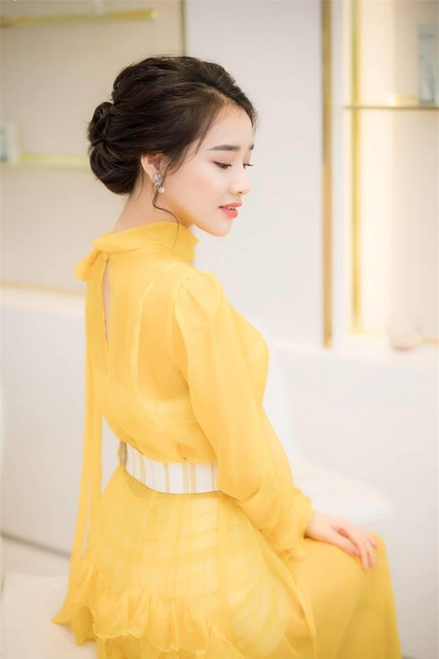 Nhã Phương cực xinh đẹp trong bộ trang phục màu vàng rực. Đây cũng chính là màu được dự đoán là xu hướng trong năm nay. - Tin sao Viet - Tin tuc sao Viet - Scandal sao Viet - Tin tuc cua Sao - Tin cua Sao