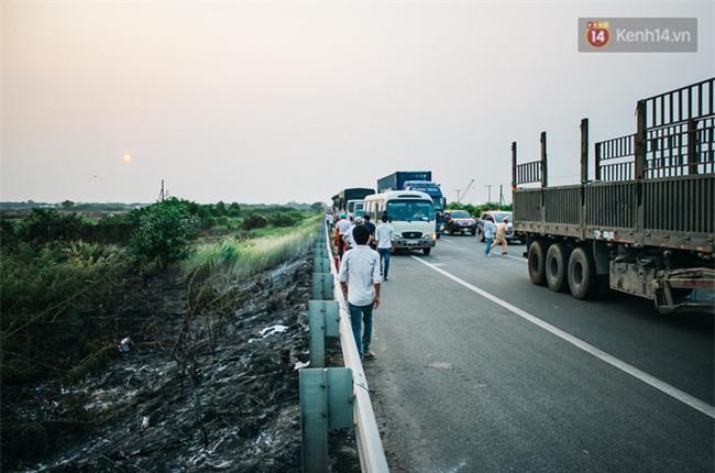 Chùm ảnh: Hiện trường vụ tai nạn liên hoàn trên cao tốc Long Thành - Dầu Giây vì khói rơm rạ mù mịt tấn công - Ảnh 18.