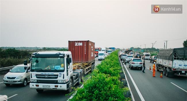 Chùm ảnh: Hiện trường vụ tai nạn liên hoàn trên cao tốc Long Thành - Dầu Giây vì khói rơm rạ mù mịt tấn công - Ảnh 19.