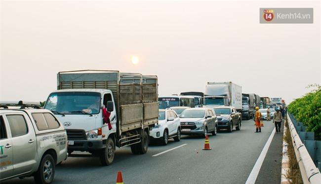 Chùm ảnh: Hiện trường vụ tai nạn liên hoàn trên cao tốc Long Thành - Dầu Giây vì khói rơm rạ mù mịt tấn công - Ảnh 21.