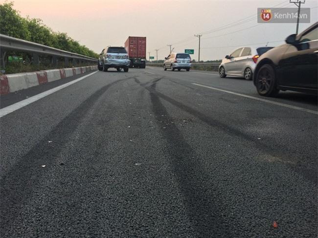 Chùm ảnh: Hiện trường vụ tai nạn liên hoàn trên cao tốc Long Thành - Dầu Giây vì khói rơm rạ mù mịt tấn công - Ảnh 9.