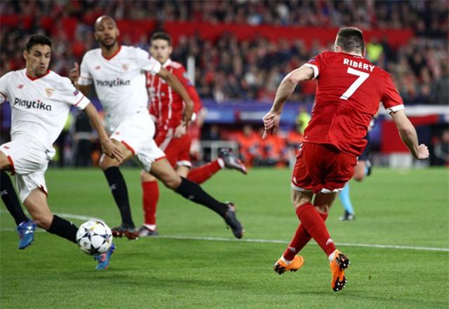 Ribery nhanh chóng lập lại thế cân bằng, khi đường chuyền của anh chạm chân Navas bay vào lưới