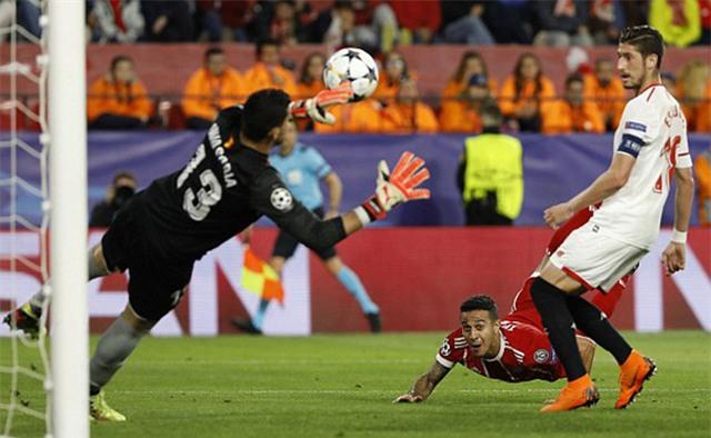 Thiago bay người đánh đầu ghi bàn thắng ấn định tỷ số 2-1