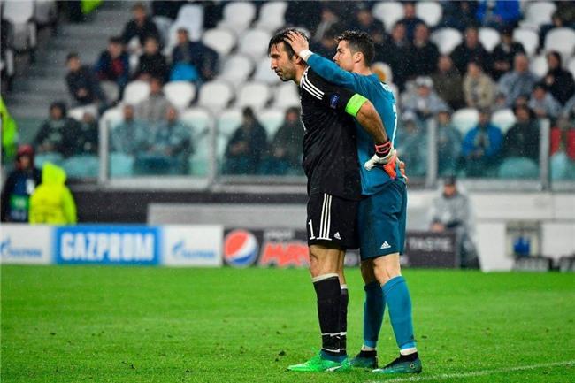 Buffon giơ ngón tay cái, khẳng định Ronaldo là số 1 - Ảnh 1.