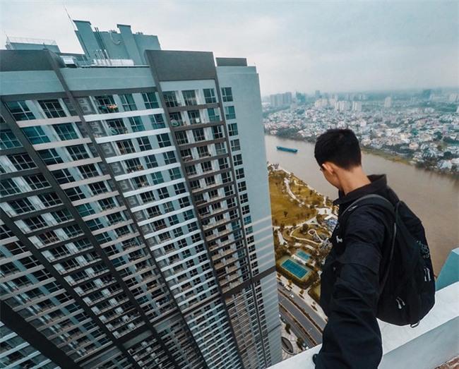 Ba thanh niên quay video mạo hiểm trên nóc nhà 38 tầng ở Sài Gòn