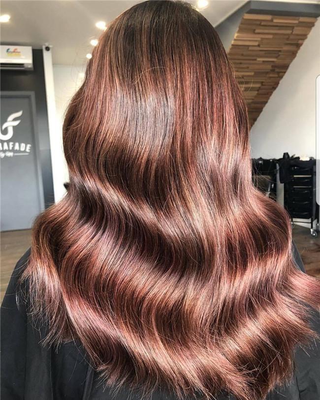 Cuối cùng cũng có một màu nhuộm đẹp long lanh mà con gái châu Á tóc đen có thể đu theo: màu nhuộm nâu hoa hồng - Ảnh 1.