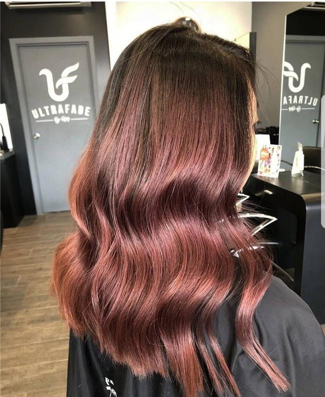 Cuối cùng cũng có một màu nhuộm đẹp long lanh mà con gái châu Á tóc đen có thể đu theo: màu nhuộm nâu hoa hồng - Ảnh 2.