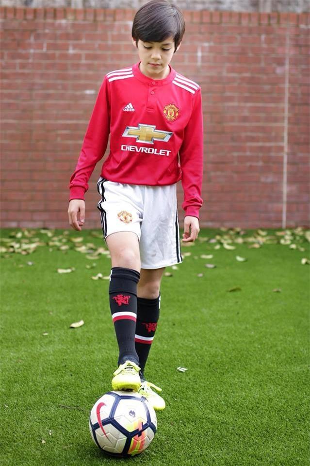 Cậu bé lai người Thái Lan gây sốt vì quá đẹp trai và được ví là David Beckham mới - Ảnh 4.