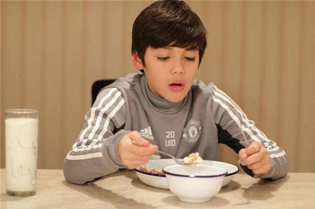 Cậu bé lai người Thái Lan gây sốt vì quá đẹp trai và được ví là David Beckham mới - Ảnh 7.