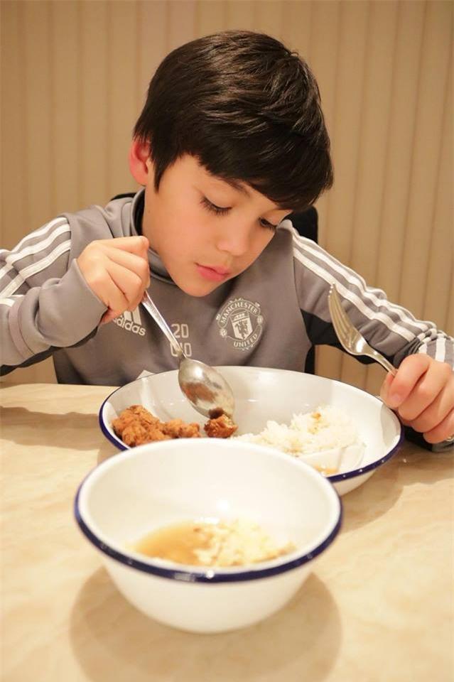 Cậu bé lai người Thái Lan gây sốt vì quá đẹp trai và được ví là David Beckham mới - Ảnh 8.