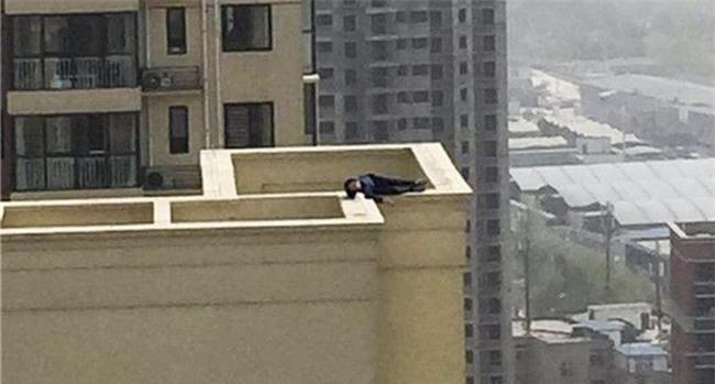 Buồn đời cộng thêm say xỉn, thanh niên leo 29 tầng nhà, chưa kịp nhảy lầu tự tử đã lăn ra ngủ ngoan như cún con - Ảnh 1.