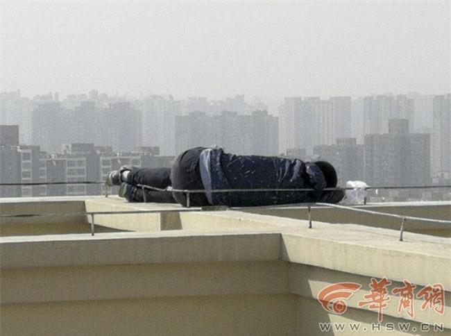 Buồn đời cộng thêm say xỉn, thanh niên leo 29 tầng nhà, chưa kịp nhảy lầu tự tử đã lăn ra ngủ ngoan như cún con - Ảnh 3.
