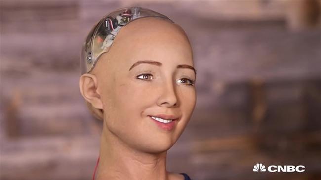 Robot Sophia nhận Will Smith làm anh trai mưa, không cho hôn nhưng vẫn nháy mắt thả thính - Ảnh 1.