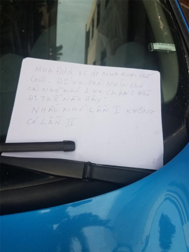 Đỗ xe trong ngõ, lúc quay về tài xế xấu hổ vì mảnh giấy nhắn để lại  - Ảnh 1.